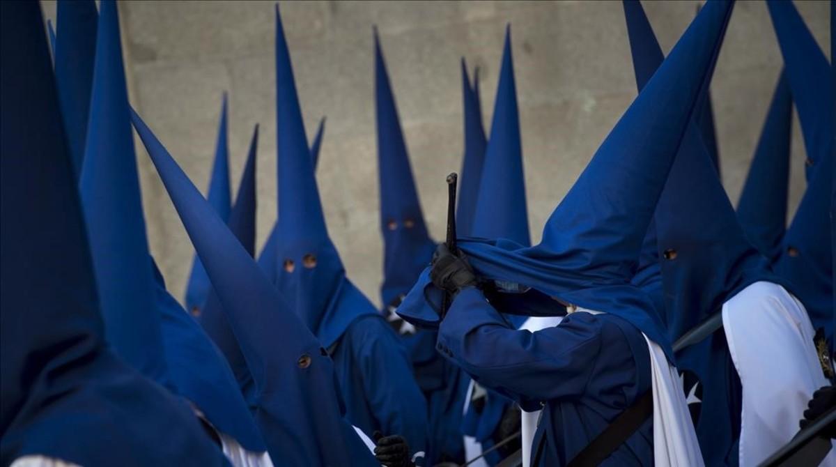 Integrantes de una cofradia de nazarenos, durante una reciente procesion en Madrid.