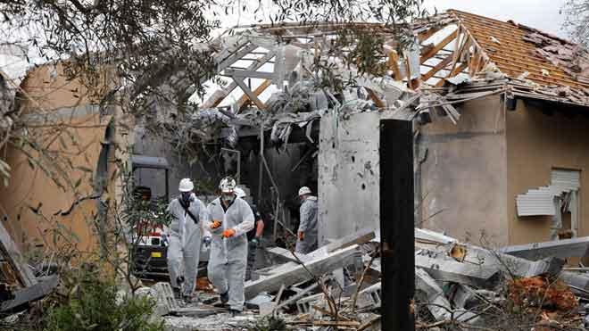 Un cohete lanzado desde Gaza deja 7 heridos al impactar en una casa en Israel.