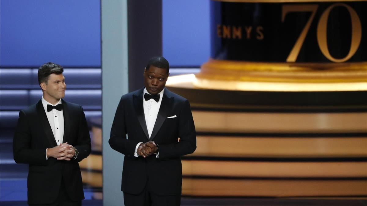 Colin Jost y Michael Che, en la ceremonia de los Emmy