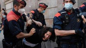 Los Mossos detienen una joven en la concentración de la CUP en Gràcia.