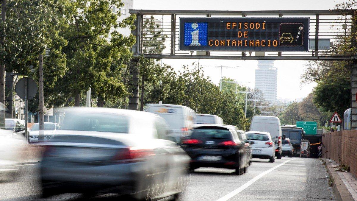 Panel de aviso de contaminación en la ronda litoral de Barcelona.