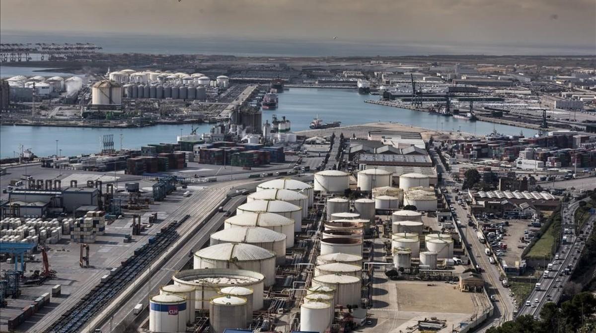 Contaminación en el muelle de mercancías del puerto de Barcelona.