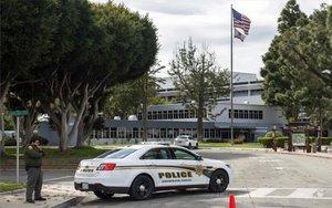 Policías resguardan un centro de reclusión de coronavirus en los EEUU.