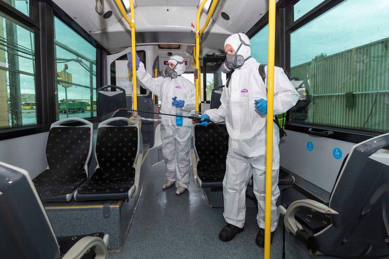 Trabajadores desinfectan un autobúspara evitar el contagio del coronavirus.