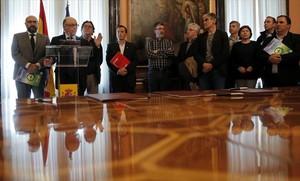 Cristóbal Montoro, ministro de Hacienda, durante la firma de un acuerdo con representantes sindicales de los funcionarios, el pasado mes de marzo.