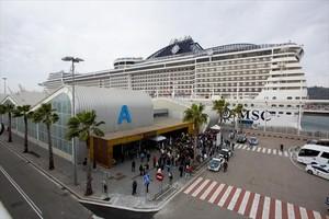 Un crucero de MSC atracado en elmuelle Adossat de Barcelona.