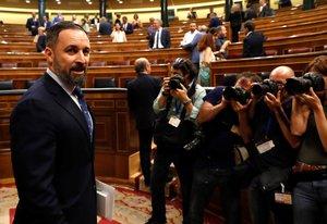 GR1048. MADRID, 22/07/2019.- El líder de Vox Santiago Abascal a su llegada al hemiciclo del Congreso en la primera jornada del debate de investidura, en la que el líder socialista español, Pedro Sánchez, afronta desde este lunes el debate que puede desembocar en su elección como presidente del primer Ejecutivo de coalición en la reciente historia de España, si cuaja el acuerdo de su partido (PSOE) con la coalición de izquierda Unidas Podemos (UP).- EFE/Ballesteros