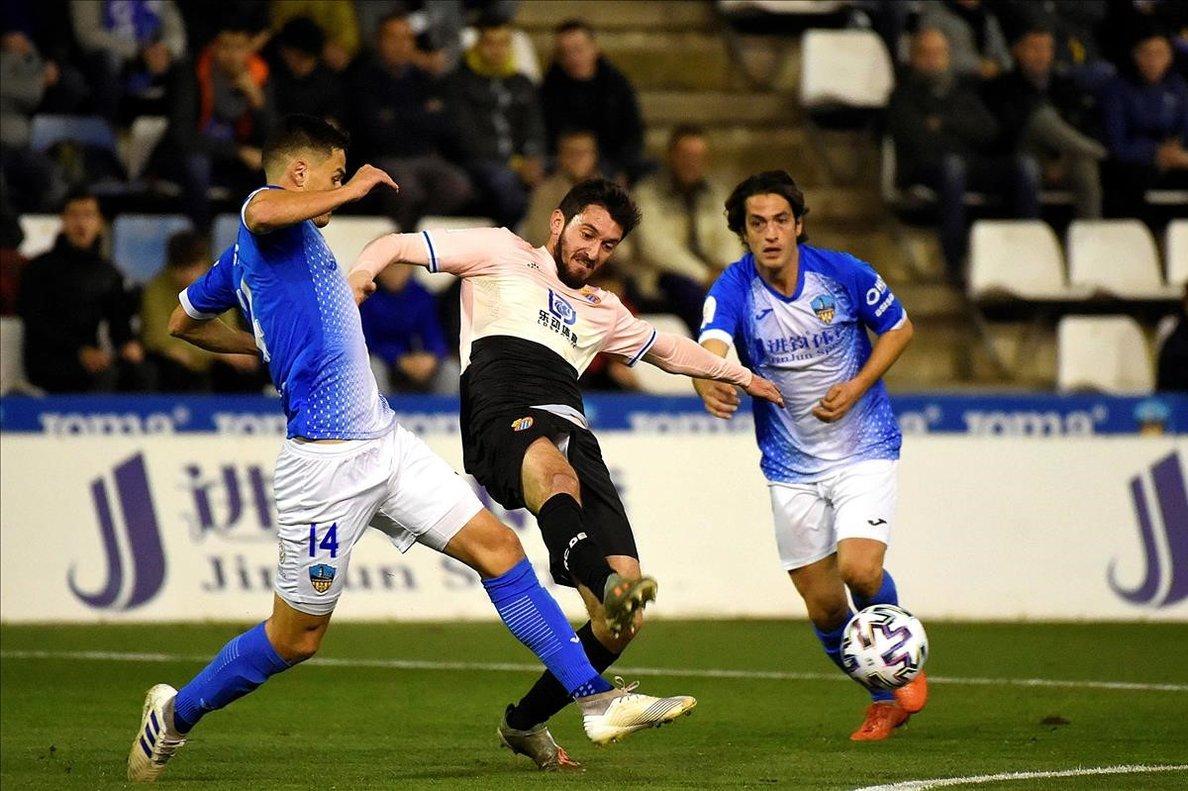 El defensa croata del Lleida Simic disputa el balón con el blanquiazul Ferreyra