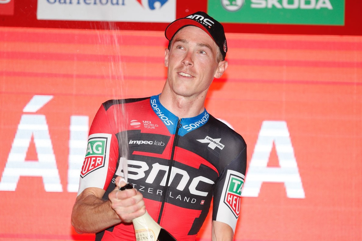 Rohan Dennis, en el podio de la Vuelta, tras ganar la primera etapa.