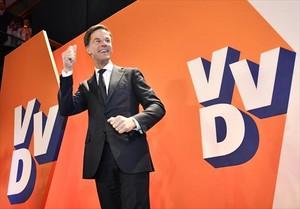 Mark Rutte, celebrando la victoria.