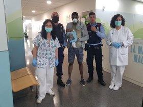 Diane, con su hijo Seynabou y los mosos que le han ayudado, en el CAP de Sants.