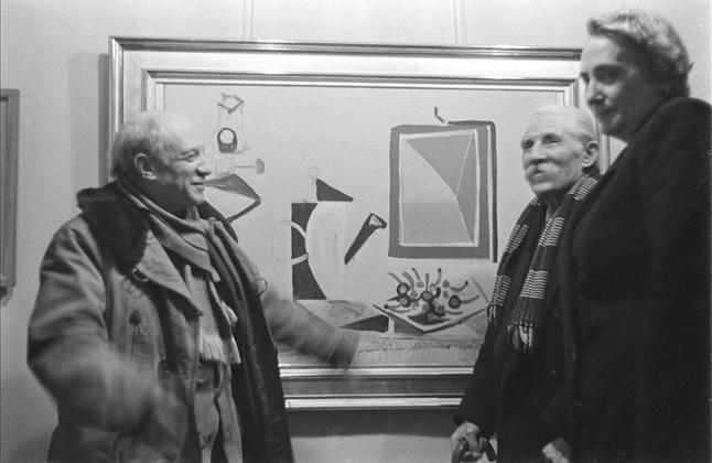Dolores Ibárruri, La Pasionaria, con Pablo Picasso y Marcel Cachin en una exposición en París para recoger fondos para los supervivientes de los campos, en febrero de 1946.