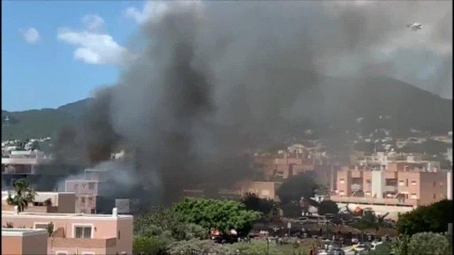 El inmueble, que ubica en la calle Jacinto Aquenza de la capital ibicenca, está siendo pasto de las llamas y genera un columna de humo visible desde toda la ciudad.