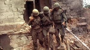 Dos soldados estadounidenses ayudan a un tercero herido en Laos en 1970.