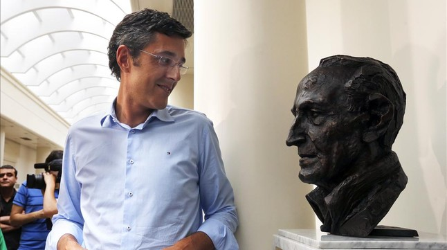 Eduardo Madina, juntoal histórico dirigente Ramón Rubial, este viernes, 13 de junio, en el Senado. JUAN MANUEL PRATS
