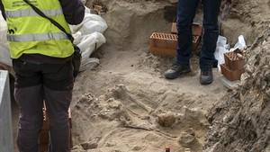 Enterramientos localizados en una obra junto a la calle Balboa de la Barceloneta.