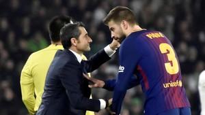 Ernesto Valverde habla con Gerard Piqué durante el partido en el Villamarín