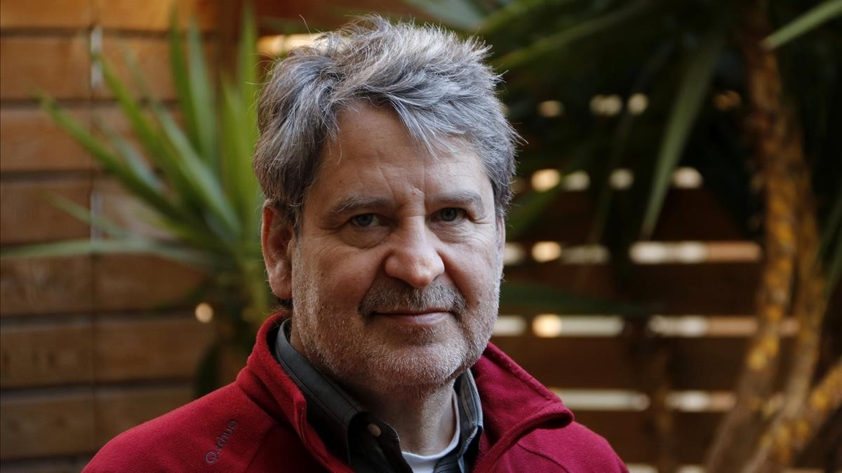 El escritor Francesc Puigpelat, este jueves en la librería Laie, donde ha sido anunciadocomo ganador del premio Agustí-Vehí, que recibirá en Tiana Negra 2018.