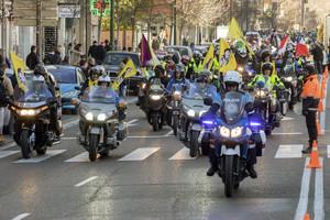 GRA323. VALLADOLID, 14/01/2017.- Un escuadrón formado por más de 20.000 motos, según la organización, ha tomado hoy las calles de Valladolid a ritmo de gas y claxon en el tradicional desfile de banderas de la 34 concentración invernal de Pingüinos, que ha durado más de una hora y que regresa a la ciudad tras dos años de ausencia. EFE/R. GARCIA.