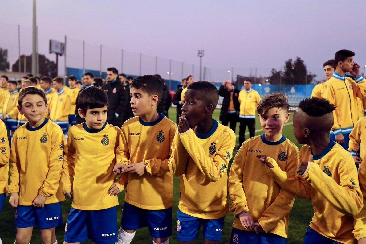 Niños del fútbol base del Espanyol, este lunes en Sant Adrià.