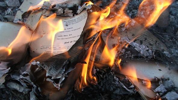 El Estado Islámico quema los libros dela biblioteca y de las librerías de Mosul.