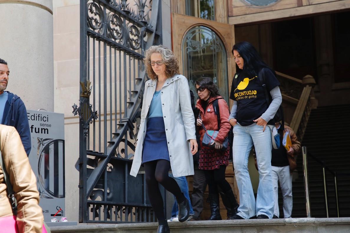 Ester Quintana, a su salida de la Audiencia de Barcelona, el 26 de abril, tras una sesión del juicio.