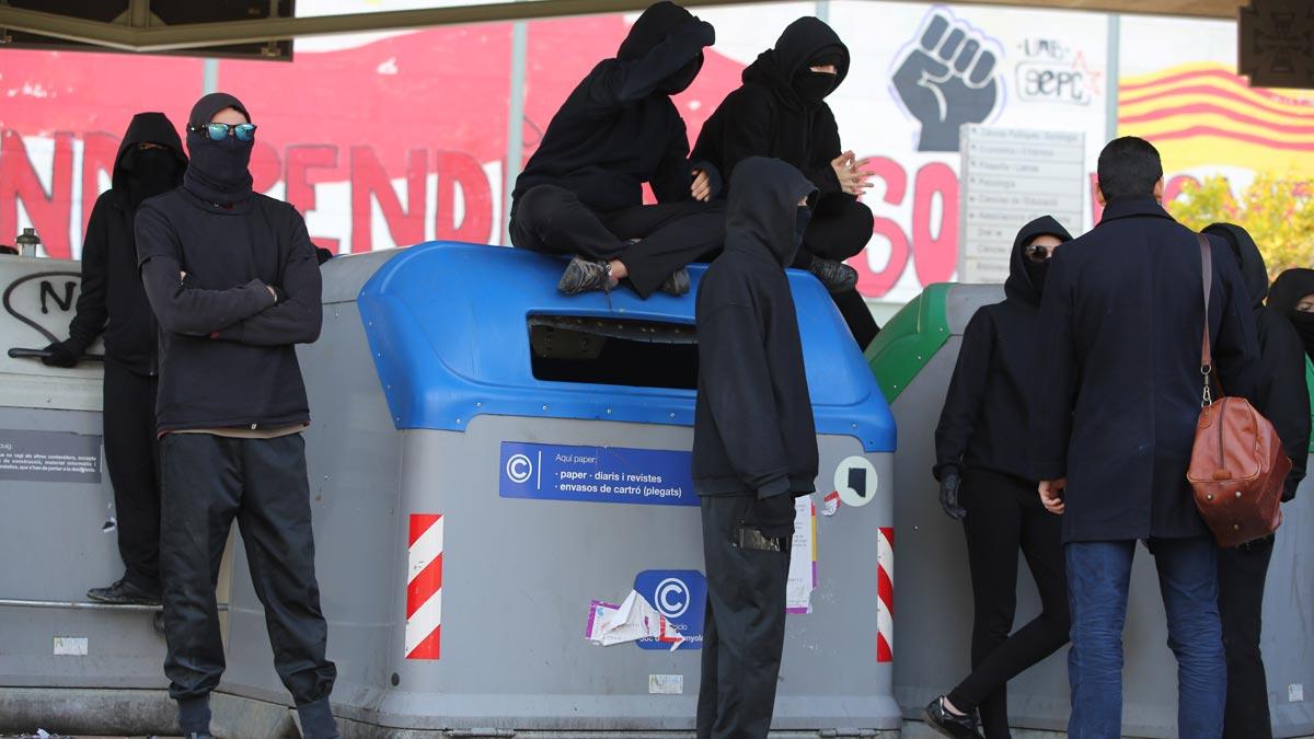 Estudiantes de Bellaterra montan barricadas y cortan los accesos al campus de la UAB.