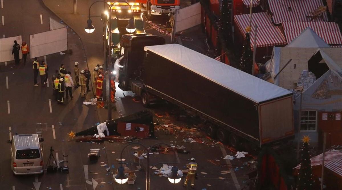 Expertos forenses examinan los destrozos tras la irrupción del camión contra el mercadillo navideño de Berlín, el 20 de diciembre del 2016.