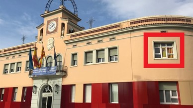 """La Junta Electoral ordena a Ciudadanos retirar las banderas de la fachada del Ayuntamiento de Santa Coloma por """"partidistas"""""""