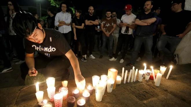 Familiares y amigos de los tres estudiantes asesinados durante una vigilia frente a la casa del gobernador del estado de Jalisco el 23 de abril.
