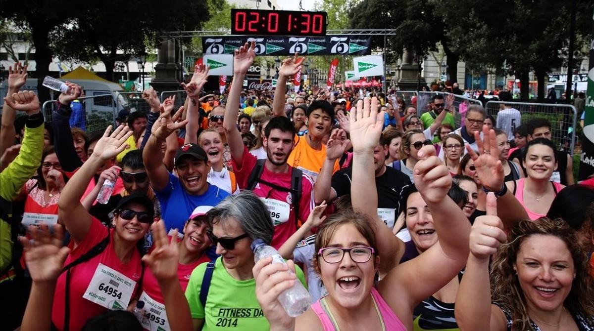 Sonrisas y manos levantadas entre los participantes en la Cursa.