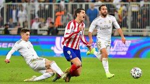 Fede Valverde derriba a Morata cuando se disponía a encarar a Courtois.