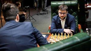 El francés Maxime Vachier-Lagrave, durante su partida ante el rusoIan Nepomniachtchi, de espaldas, este miércoles en Ekaterimburgo.