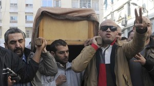 Momento del funeral en Argel del periodista Mohamed Tamalt.