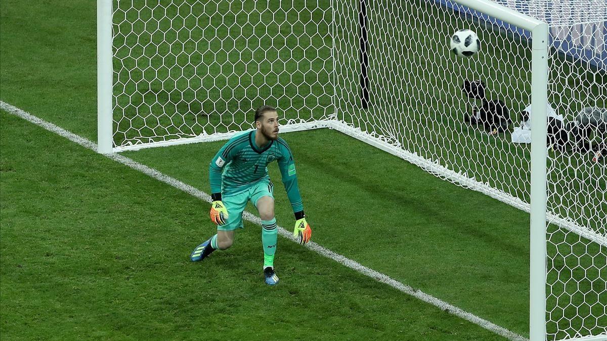 De Gea contempla cómo entra el tercer gol de Cristiano.