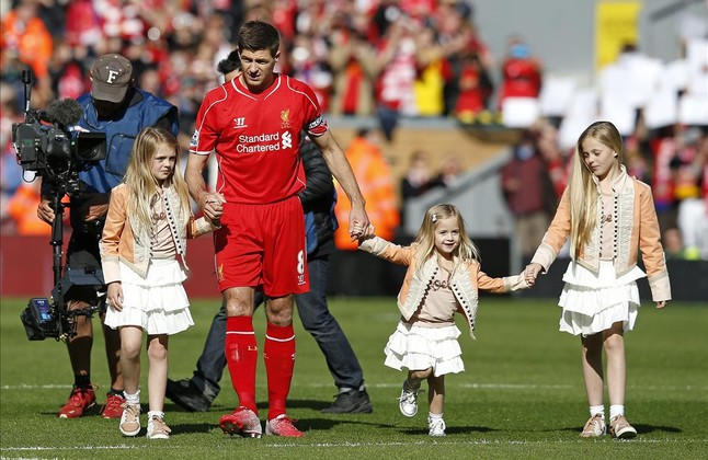 Gerrard, con sus tres hijas, antes de iniciarse el partido contra el Crystal Palace.