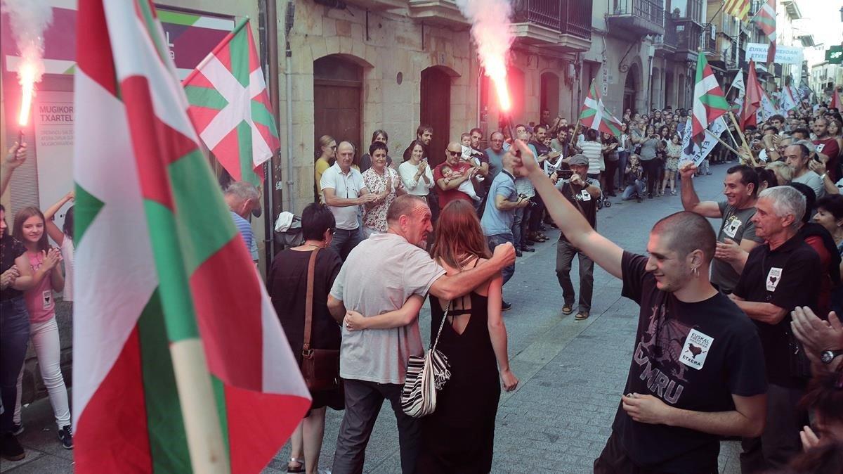 El preso de ETA Xabier Ugarte a su llegada a Oñate, este domingo