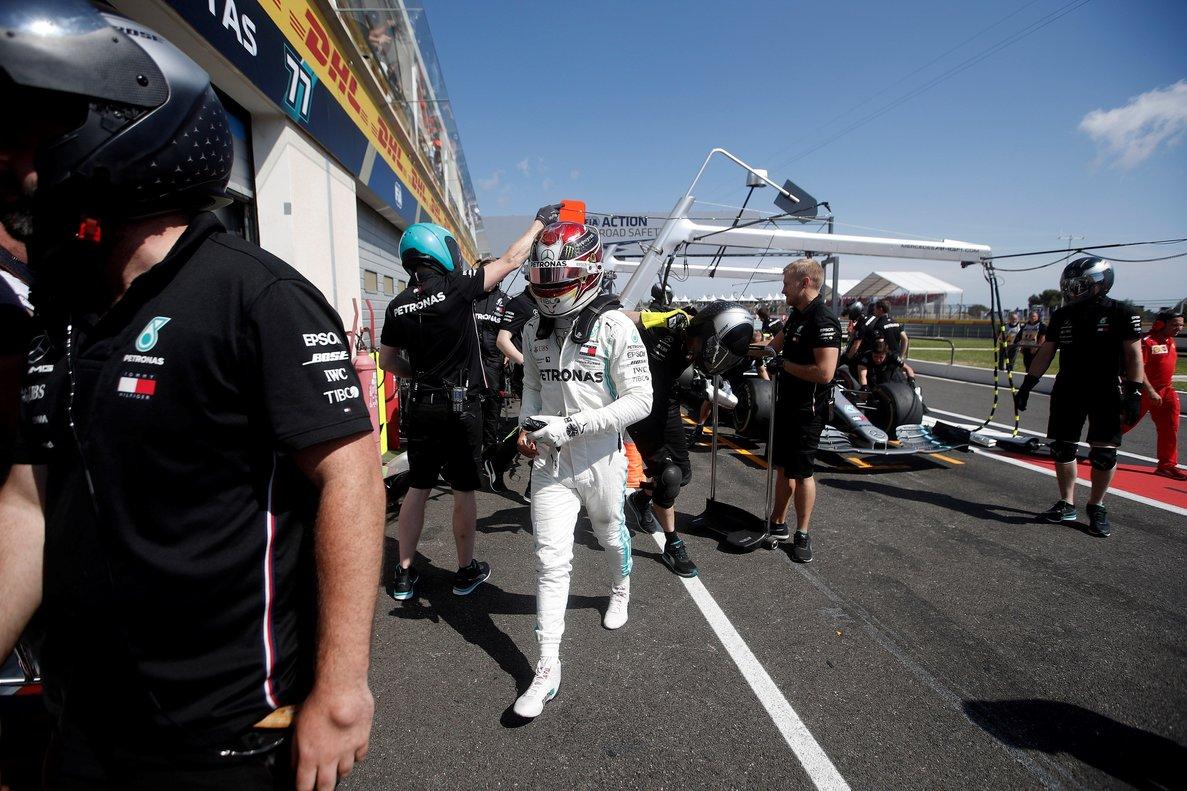 VXH04. LE CASTELLET (FRANCIA), 21/06/2019.- El piloto de Fórmula Uno británico Lewis Hamilton (c), de la escudería Mercedes AMG GP, camina después de participar en la segunda sesión libre para el Gran Premio de Francia, este viernes, en el circuito Paul Ricard de Le Castellet, Francia. EFE/ Yoan Valat