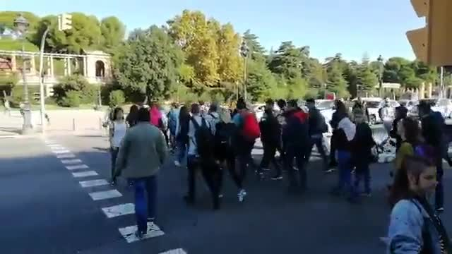 El momento en el que un grupo de estudiantes corta la Diagonal, este jueves 24 de octubre