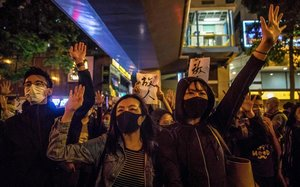 Un grupo de manifestantescelebran el triunfo electoral en Hong Kong.