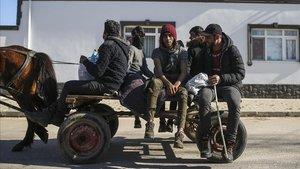 Un grupo de migrantes viajan en un carro en las inmediaciones de la localidad turca de Pazrkule, en la frontera con Grecia.
