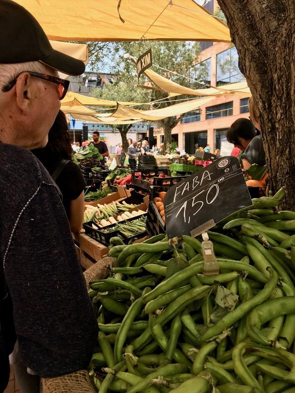 Un hombre espera a ser atendido en una parada de payés en la plaça de Jaume Balmes de Gavà