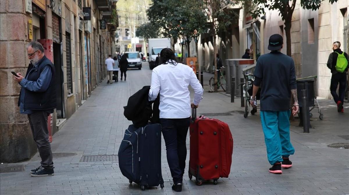 Turistas rumbo a su alojamiento, en el Eixample.