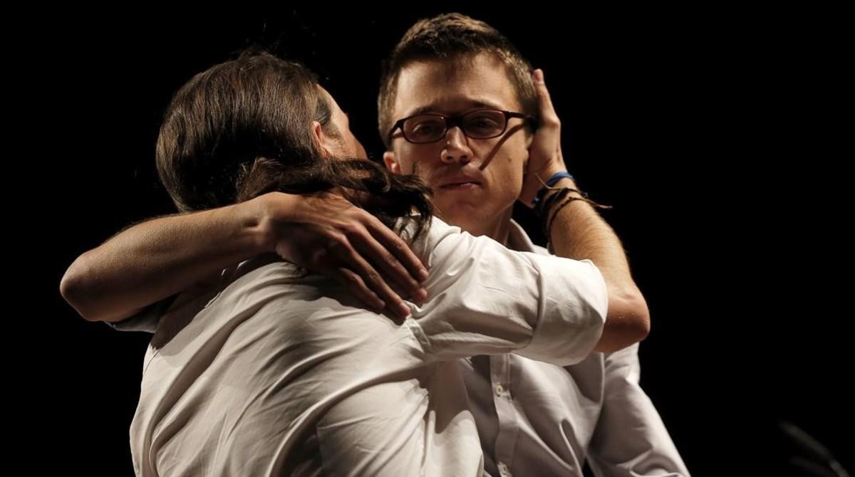 Iglesias abraza a Errejón tras el mal resultado en la noche electoral del 26-J.