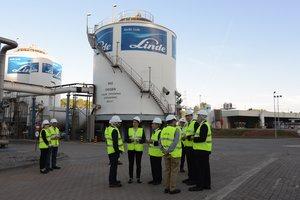 Imagen de la planta de Abelló Linde en Rubí durante una visita de representantes políticos