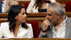 Inés Arrimadas y Carlos Carrizosa, en sus escaños del Parlament