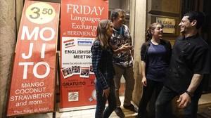 Rótulo que anuncia los grupos de inglés en un bar del Eixample.