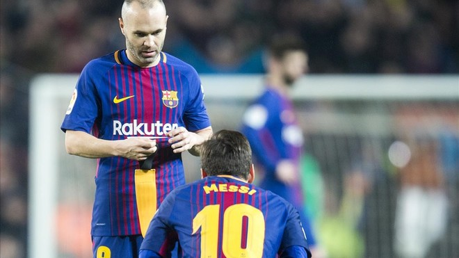 Iniesta le entrega el brazalete de capitán a Messi en el Camp Nou.