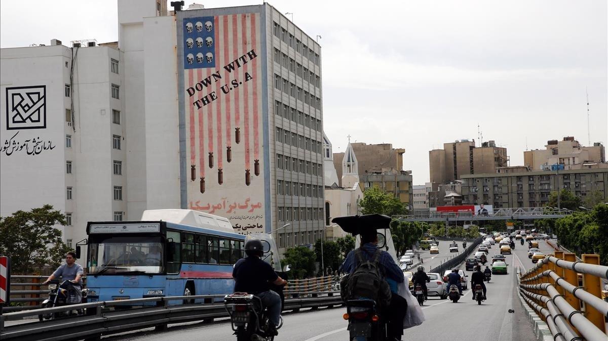 Un edificio iraní muestra mensajes encontra los Estados Unidos en Teherán.