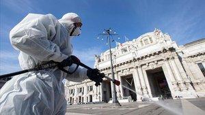 Varios operarios trabajan en la limpieza para evitar la propagacion del coronavirus en la plaza de la Estacion Central de Miláneste viernes.